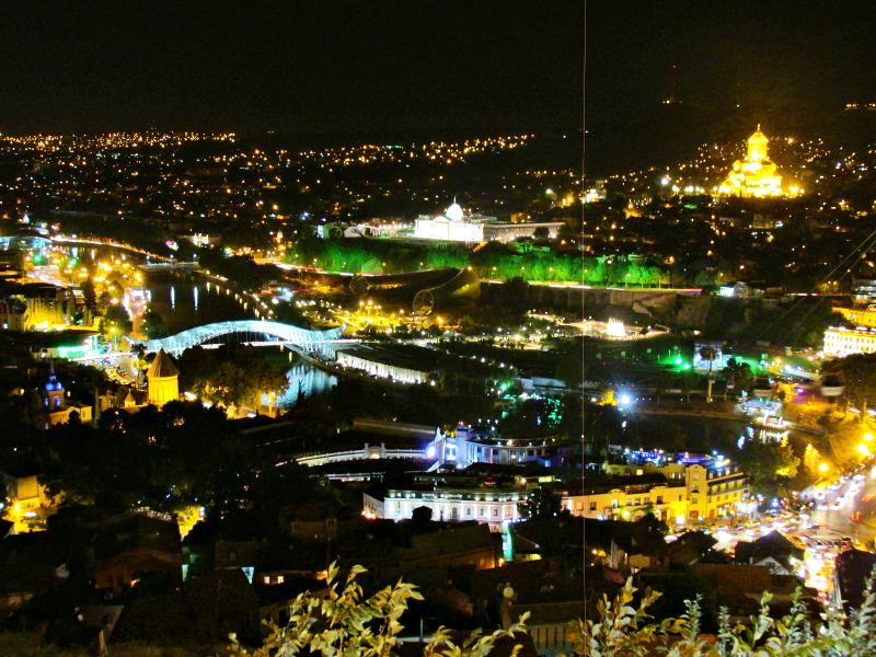 viaggiare in georgia tbilisi night