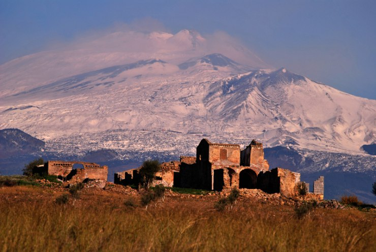 trekkin etna, paesaggio con vulcano innevato