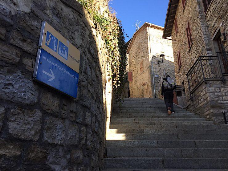 Cammino da città di castello a pietralunga, pellegrino, cartelli via di francesco