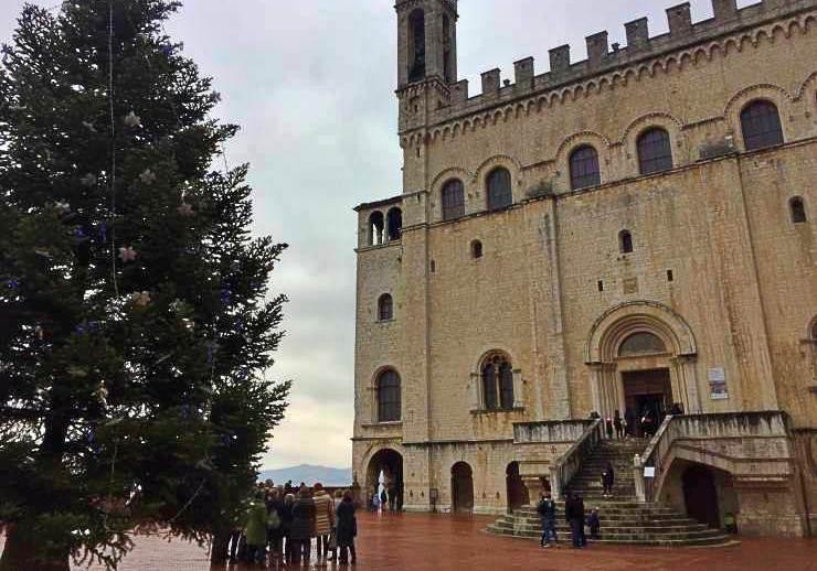 Gubbio, palazzo dei consoli a natale