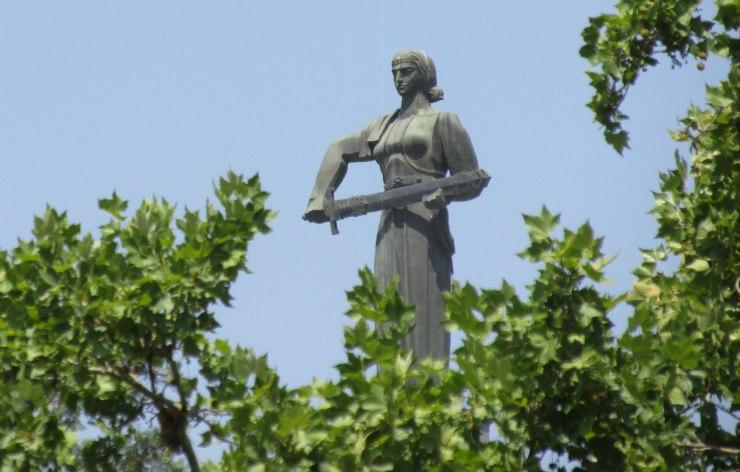 Yerevan, statua madre armenia