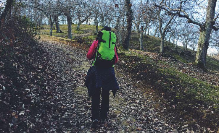 camminare trekking zaino in spalla