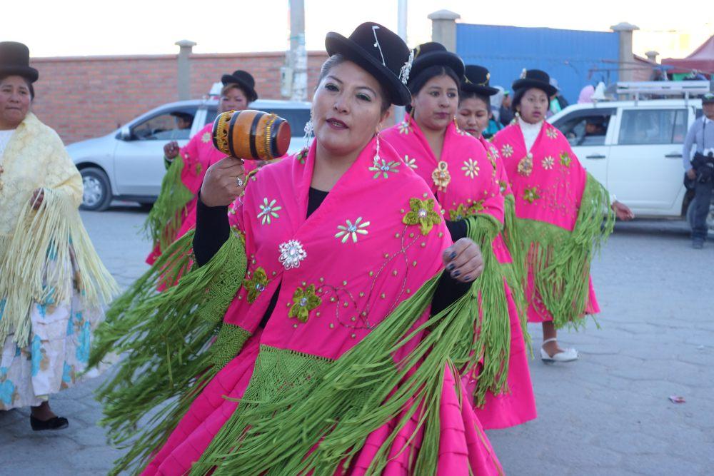 come visitare la Bolivia donne bolivia in abiti tipici