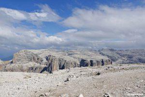 Trekking a Piz Boè: cima dal paesaggio lunare