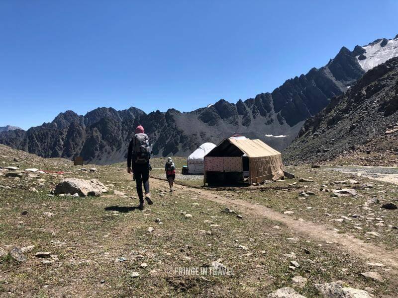 Kirghizistan gente che cammina