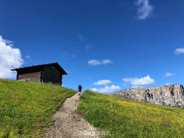 Sentiero Alpe di Siusi escursionista